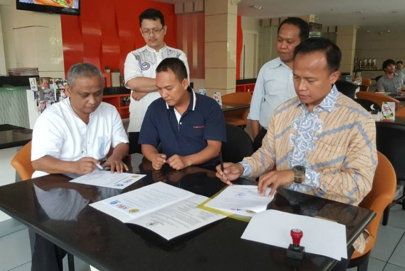 Penandatanganan MoU antara APTIKOM DKI Jakarta dengan  Asia e University (AeU)  Malaysia.