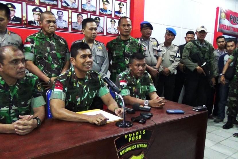 Penanggung jawab Operasi Tinombala yang juga Kapolda Sulawesi Tengah Brigjend Pol Rudy Sufahriadi (kedua dari kiri) memberikan keterangan kepada wartawan (ilustrasi)