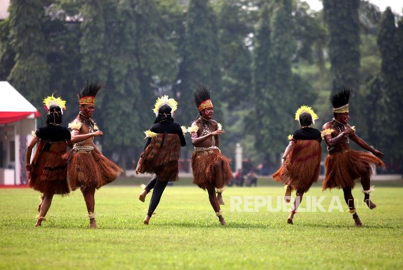 Penari menarikan taripersahabatan usai penutupan Ekspedisi NKRI Koridor Papua Barat tahun 2016 di Lapangan Makopassus, Cijantung, Jakarta, Jumat (3/6).(Republika/Rakhmawaty La'lang)