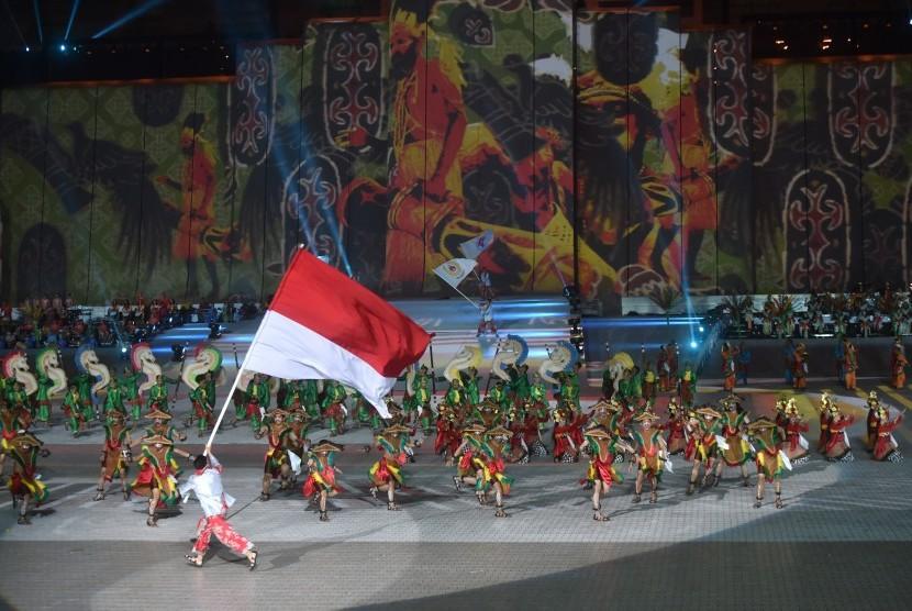 Penari menghibur penonton saat penutupan PON XIX di Stadion Gelora Bandung Lautan Api, Bandung, Jabar, Kamis (29/9).