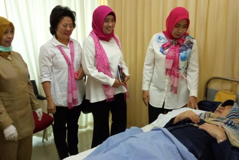 Penasehat Dharma Wanita Persatuan (DWP) Kemenpora Shobibah Rohmah memberikan pengarahan kepada sejumlah wanita, di Auditorium RSON, Cibubur, Jakarta Timur, Selasa (31/10) pagi.