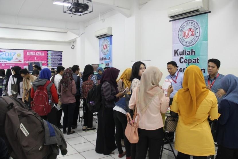 Pencari kerja memadati stand lowongan kerja di bursa kerja AMIK BSI Tangerang.