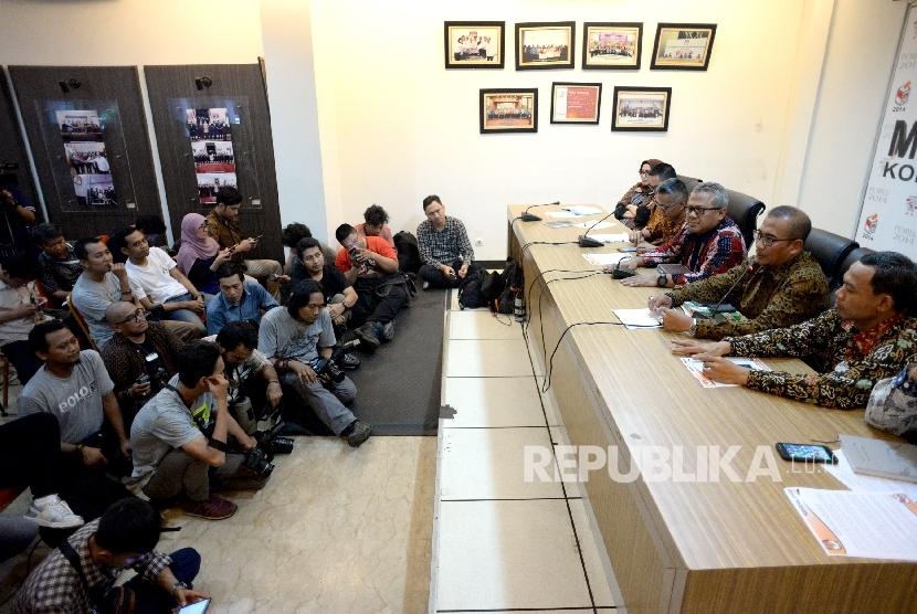 Pendaftaran Parpol Peserta Pemilu. Ketua KPU Arief Budiman (ketiga kanan) memberikan paparan saat konferensi pers di Media Center KPU, Jakarta, Senin (2/10).