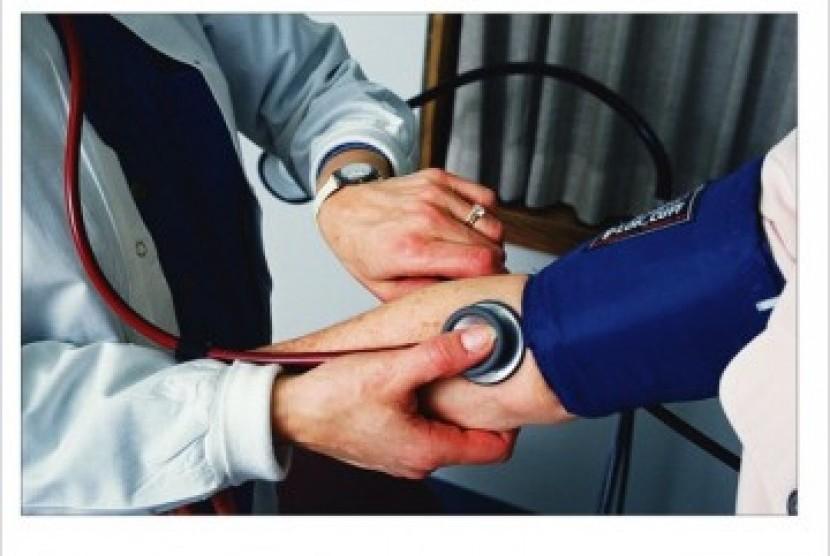 Penderita Hipertensi (darah tinggi) sedang diperiksa tekanan darahnya, Ilustrasi