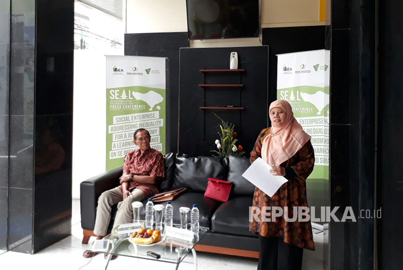 Pendiri Bina Swadaya Bambang Ismawan bersama Direktur Usaha Sosial Dompet Dhuafa Social Enterprise Rini Suprihartanti memberi paparan pelaksanaan konferensi Social Enterprise Advocacy and Leveraging (SEAL) yang digagas Instutute of Social Enterpreneurship in Asia (ISEA) di Bali pada 26-30 September 2017 mendatang di Bali, Indonesia.