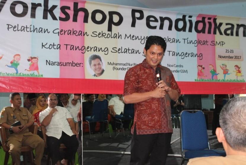 Pendiri Gerakan Sekolah Menyenangkan (GSM) Muhammad Nur Rizal saat mengisi pelatihan (workshop) kepada guru-guru tingkat SMP Kota Tangerang Selatan dan Kabupaten Tangerang, Selasa (21/11).