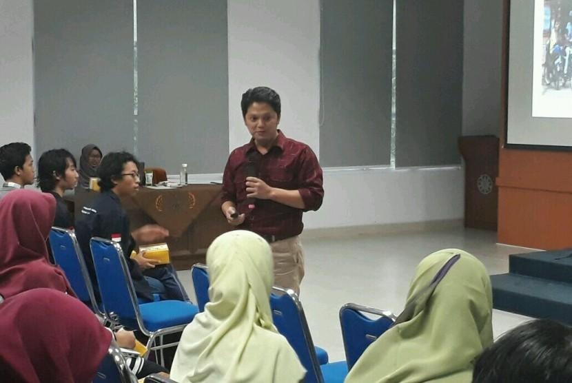 Pendiri Gerakan Sekolah Menyenangkan, Muhammad Nur Rizal, saat menjadi pembicara dalam talkshow Pendidikan Masa Depan di Era Digital yang digelar Perpustakaan Universitas Gadjah Mada (UGM), Selasa (28/11).
