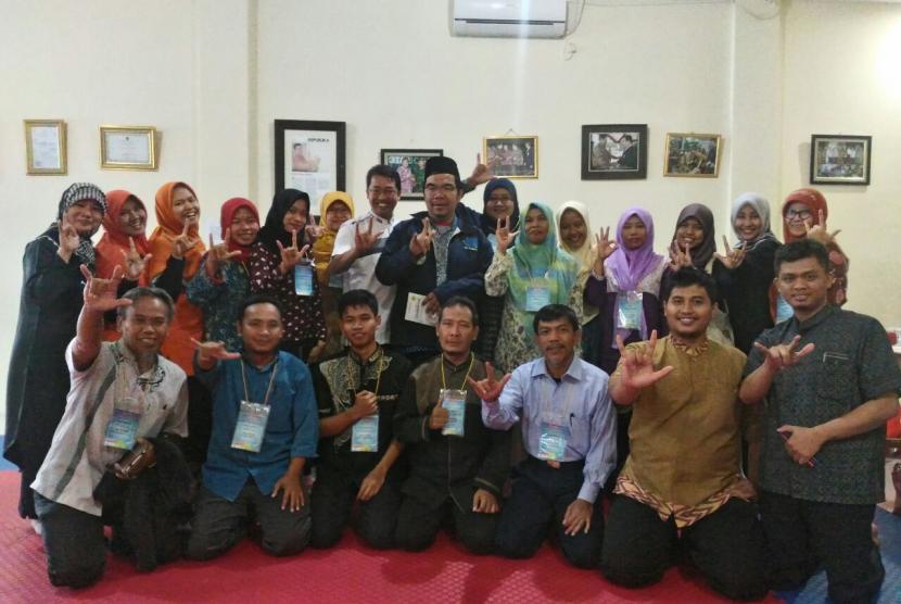 Pendiri KPM bersama para peserta pelatihan guru MNR.