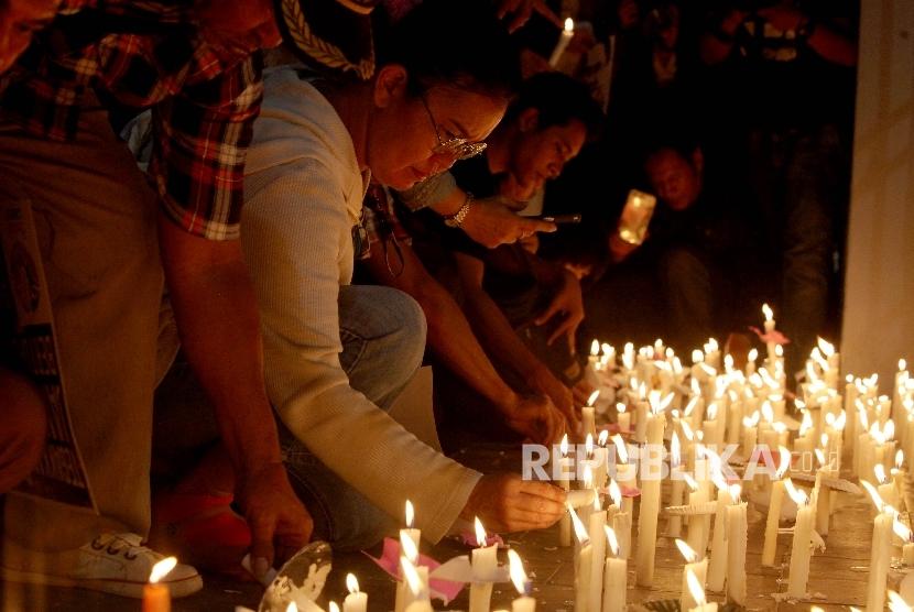 Pendukung terpidana Basuki Tjahaja Purnama (Ahok) melakukan aksi menyalakan lilin (Ilustrasi)