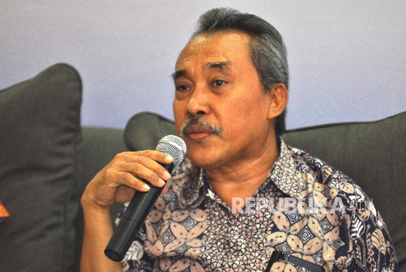 Peneliti dari LIPI Syamsuddin Haris memberikan paparannya saat rilis Survei Nasional Saiful Mujani Research & Consulting (SMRC) terhadap isu kebangkitan Partai Komunis Indonesia (PKI) di Jalan Cisadane, Jakarta, Jumat (29/9).