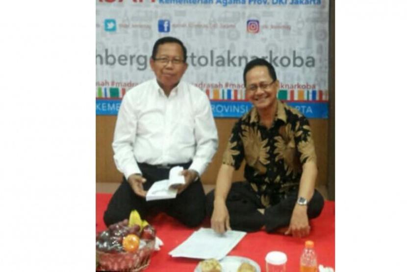 Peneliti Indonesia Bermutu Afrizal Sinaro (kanan) dan Kepala Bidang Pendidikan Madrasah Provinsi DKI Jakarta Sadirin MA berdiskusi mengenai persiapan teknis FGD mengenai Madrasah Bermutu, Selasa (20/9/2016).