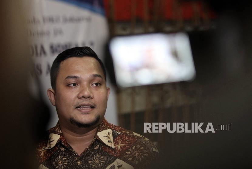 Peneliti Lingkaran Survei Indonesia (LSI) Denny JA Denny JA Rully Akbar memberikan keterangan pers terkait hasil survei terhadap pengguna media sosial dalam menentukan pilihan terhadap Cagub DKI Jakarta di Kantor LSI Denny JA, Jakarta, Selasa (21/3).