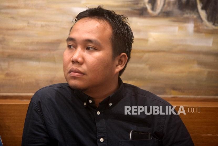 Peneliti Perkumpulan untuk Pemilu dan Demokrasi (Perludem) Fadli Ramadhanil (kanan) dalam peluncuran hasil penelitian dan pemantauan terhadap proses dan perselisihan hasil Pilkada 2017 oleh Mahakamah Konstitusi di Jakarta, Senin (22/5).