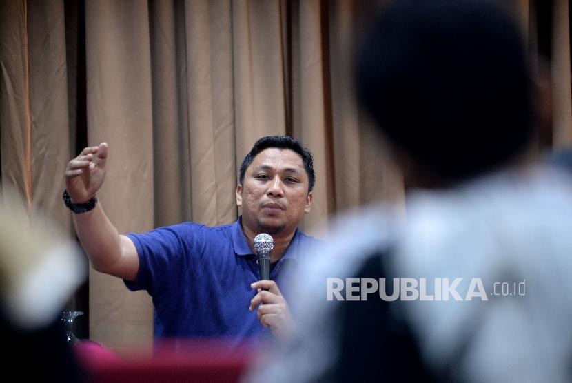 Peneliti Pusat Studi Konstitusi (PUSaKO) Fakultas Hukum Univ Andalas Feri Amsari memberikan paparan dalam diskusi di Jakarta, Ahad (5/3).