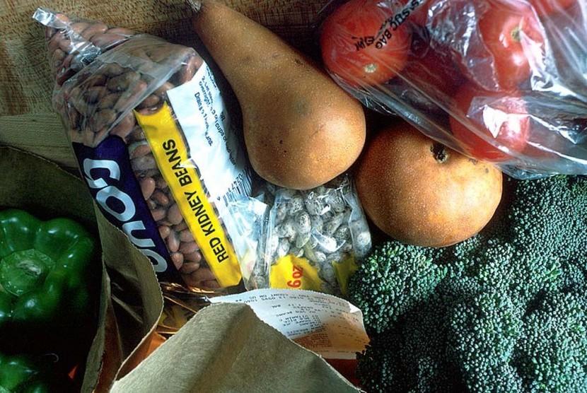 Penerapan kantong plastik berbayar untuk barang belanja supermarket akan diujicoba di Indonesia mulai 21 Februari 2016.