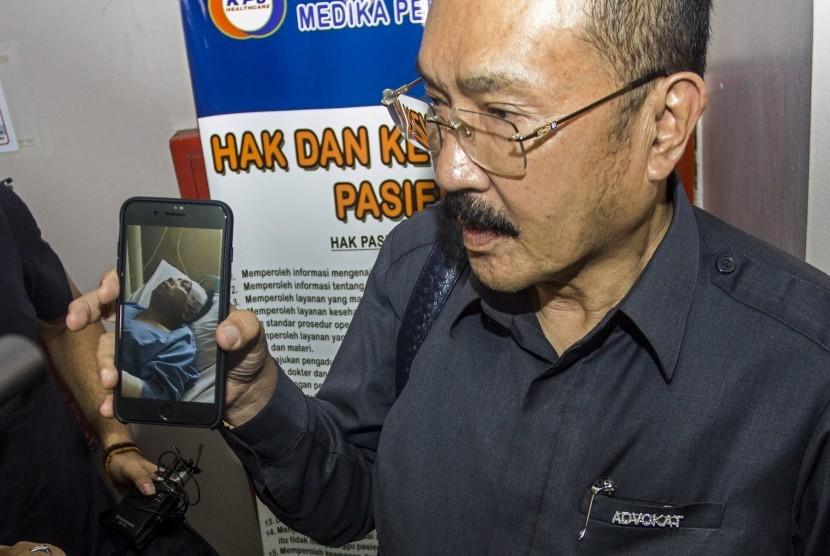 Pengacara Setya Novanto, Fredrich Yunandi menunjukkan foto Setya Novanto yang sedang dirawat di RS Medika Permata Hijau, Jakarta, Kamis (16/11). Ketua DPR Setya Novanto mengalami kecelakaan dan saat ini sedang dalam perawatan di Rumah Sakit Medika Permata Hijau.