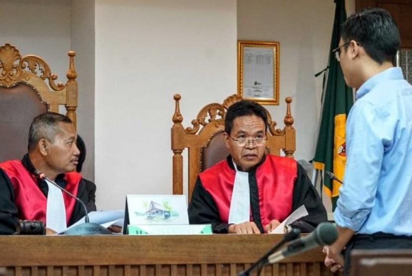 Pengacara yang mewakili Pemerintah Australia Togi Pangaribuan berbicara dengan majelis hakim dalam sidang 14 November 2017 dalam sidang class action melawan Pemerintah Australia.