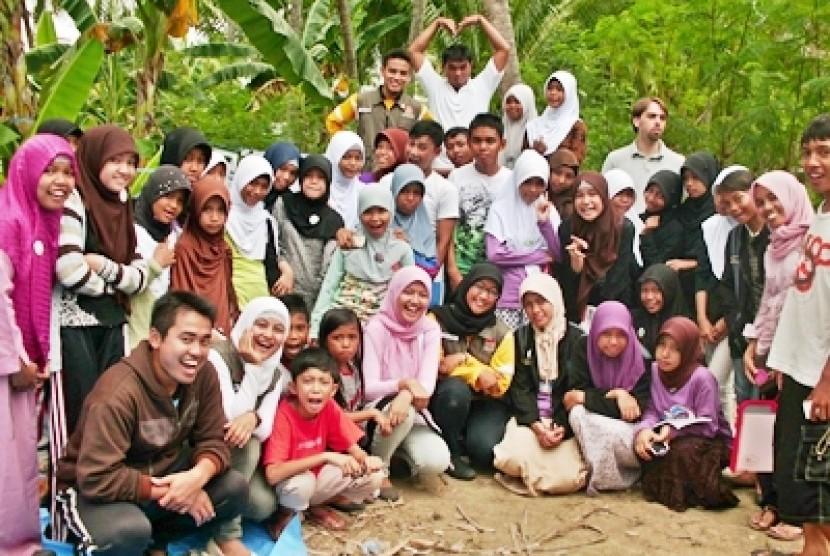 Pengajar Muda di Kabupaten Majene, Sulawesi Barat, foto bersama anak-anak didik mereka.