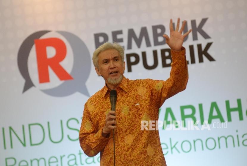 Pengamat Ekonomi Syariah sekaligus Presiden Direktur Karim Consulting Indonesia Adiwarman Karim menjadi pembicara dalam seminar Perbankan Syariah bertajuk Rembuk Republik, Jakarta, Kamis (5/10).