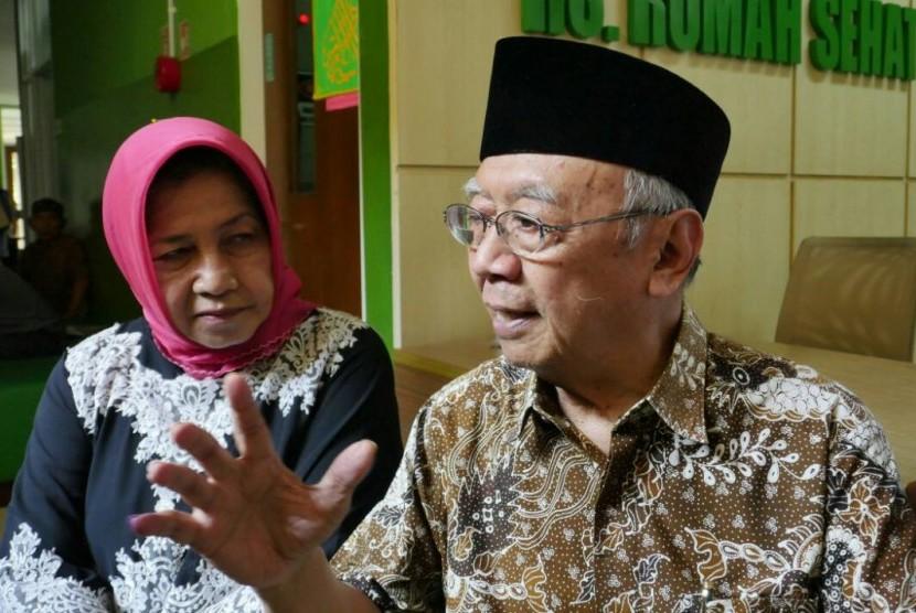 Pengasuh Ponpes Tebuireng Salahuddin Wahid (Gus Sholah) bersama istri Nya Farida, mengunjungi RS Rumah Sehat Terpadu Dompet Dhuafa, Kamis (20/4).