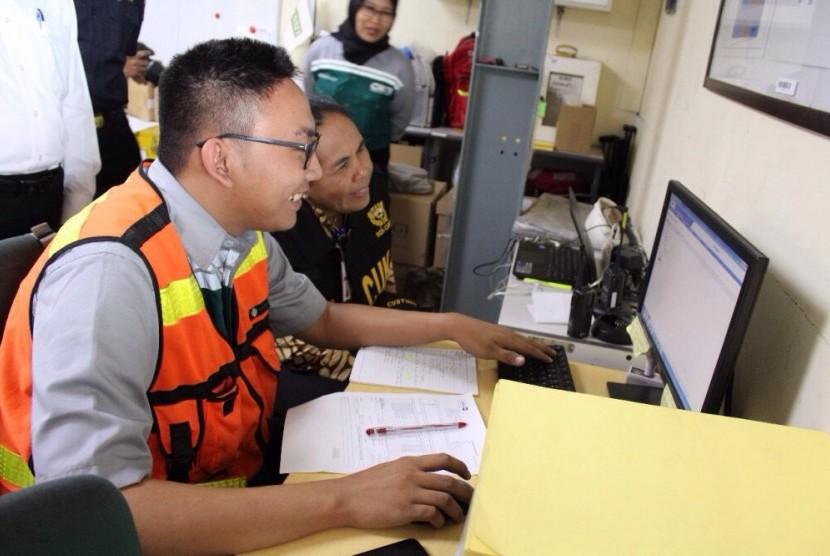 Pengawasan pusat logistik berikat (ilustrasi).