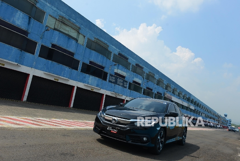 Pengemudi mengendarai mobil All New Honda City saat melakukan turbo media tes drive di Sirkuit Sentul, Bogor, Jawa Barat, Selasa (24/5)