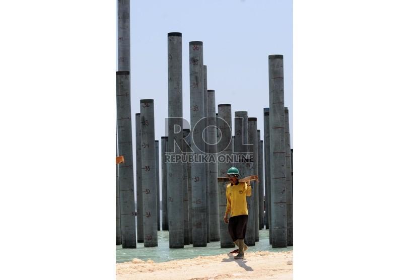 Pengerjaan proyek pembangunan Jalan Tol Tanjung Benoa-Ngurah Rai-Nusa Dua di Benoa, Denpasar, Bali, Kamis (1/11).      (Aditya Pradana Putra/Republika)