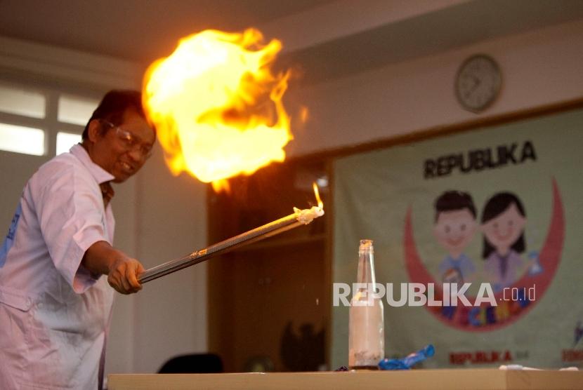 Penggagas Rumah Sains Indonesia Agustino Zulys memberikan materi dasar kimia kepada siswa peserta dalam Republika Fun Science di Kantor Republika, Jakarta, Sabtu (13/5).