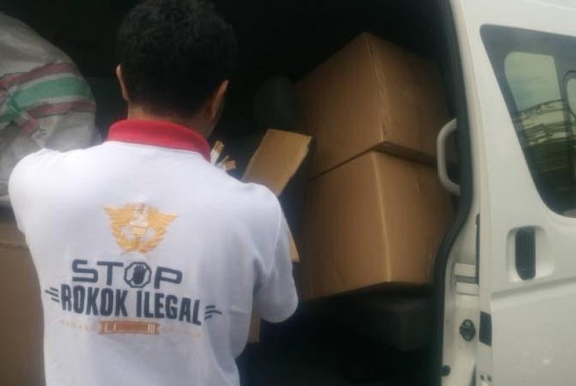 Penggerebekan peredaran miras dan rokok ilegal di Malang.