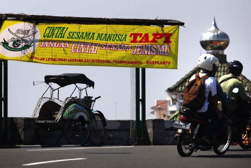 Pengguna jalan melintas di dekat spanduk berisi penolakan kepada kelompok Lesbian, Gay, Biseksual dan Transgender (LGBT) di Yogyakarta, Rabu (24/2)