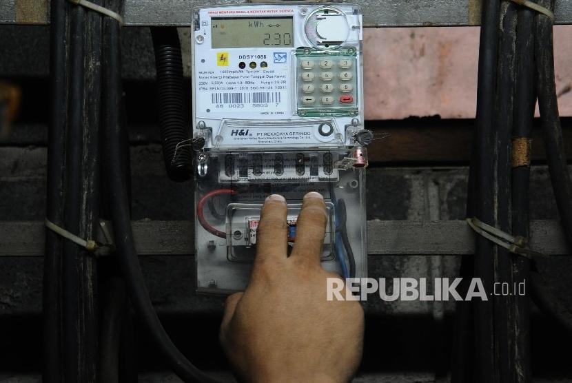 Alat untuk mengisi token listrik (ilustrasi)