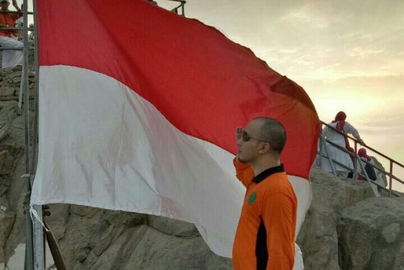 Pengibaran bendera Merah Putih di atas Jabal Nur, Makkah, Arab Saudi.