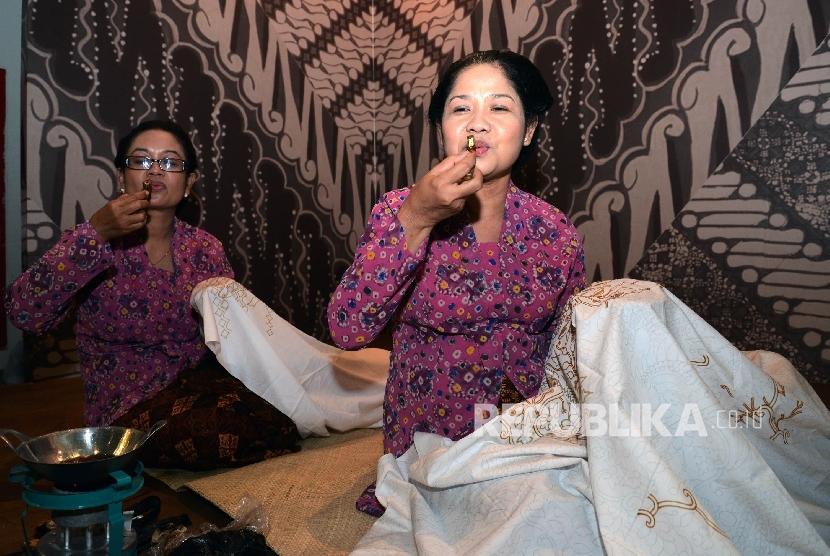Hari Batik Nasional, Puan Resmikan Pameran Batik di Museum Nasional