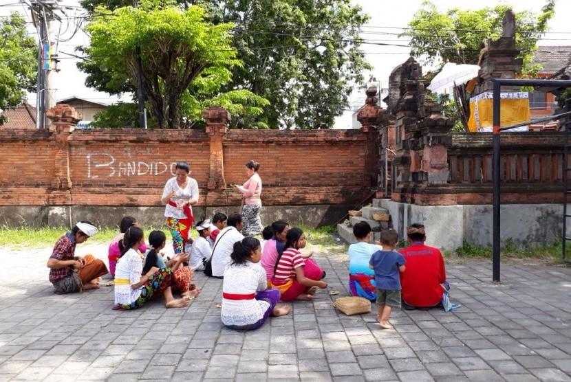 Pengungsi bencana erupsi Gunung Agung di Posko GOR Kompyang Sudjana, Denpasar merayakan Galungan secara sederhana, Rabu (1/11).