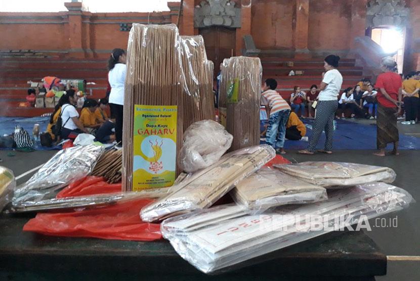 Pengungsi Gunung Agung menerima pelatihan wirausaha di Posko GOR Kompyang Sudjana, Denpasar Barat, Jumat (13/10).