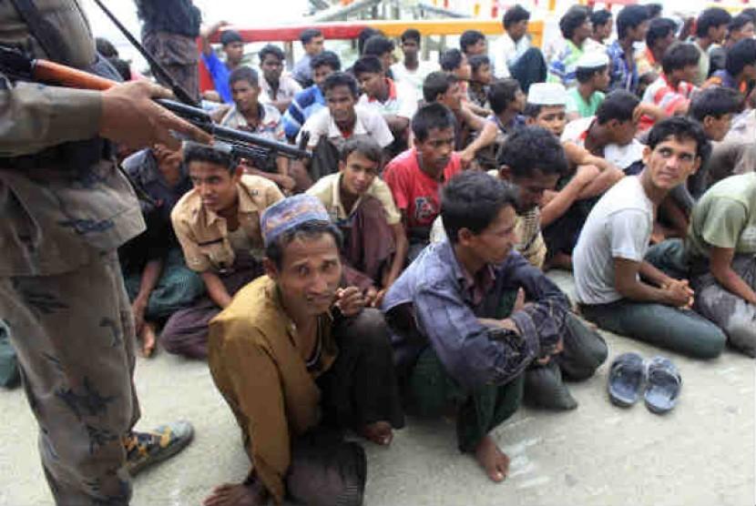 Pengungsi Muslim Rohingya yang melarikan diri dari Myanmar di Teknaf, kota perbatasan Bangladesh.