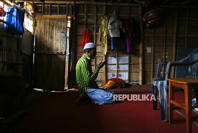Pengungsi Rohingya bersiap untuk mengikuti Shalat Jumat di Kamp Pengugsi Kathmandu, Nepal, Jumat (18/5).