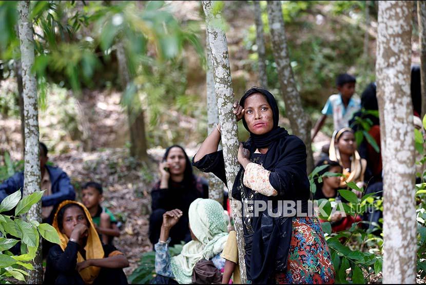 Pengungsi Rohingya termenung setelah upayanya mengungsi ke wilayah Bangladesh dicegah penjaga perbatasan.