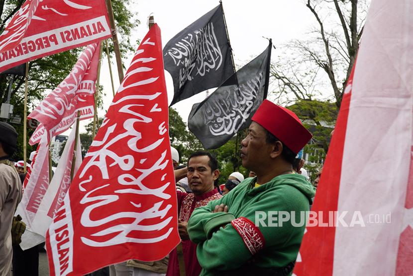 Pengunjuk rasa dari Aliansi Pergerakan Islam (API) melakukan aksi solidaritas untuk Hermansyah Pakar IT alumni ITB yang mengalami penganiayaan, di Bandung, Jawa Barat, Jumat (14/7).