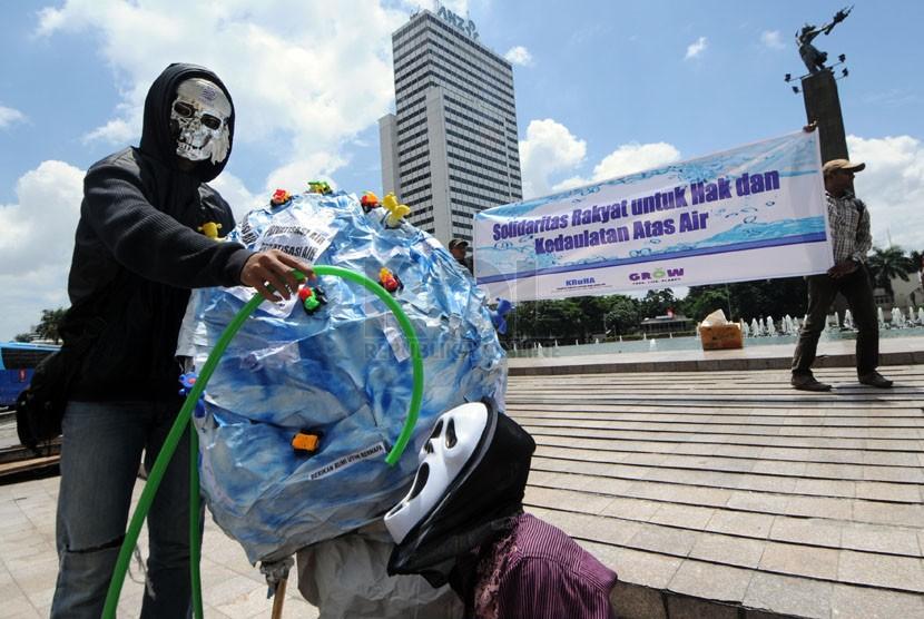 Pengunjuk rasa dari Koalisi Rakyat Untuk Hak Atas Air (Kruha) beraksi teatrikal dalam rangka Hari Air Sedunia di Bundaran HI, Jakarta, Sabtu (22/3). ( Republika/Aditya Pradana Putra)
