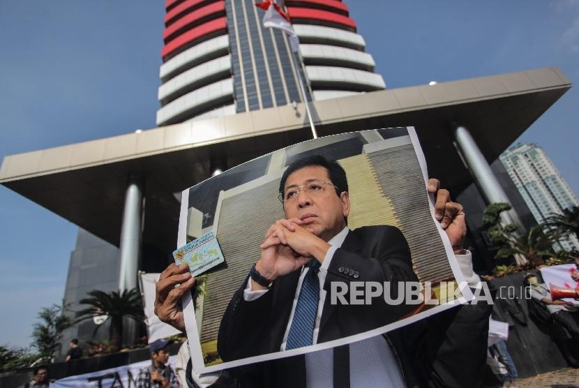 Pengunjuk rasa membawa poster Ketua DPR Setya Novanto saat aksi di depan gedung KPK, Jakarta, Kamis (7/9).