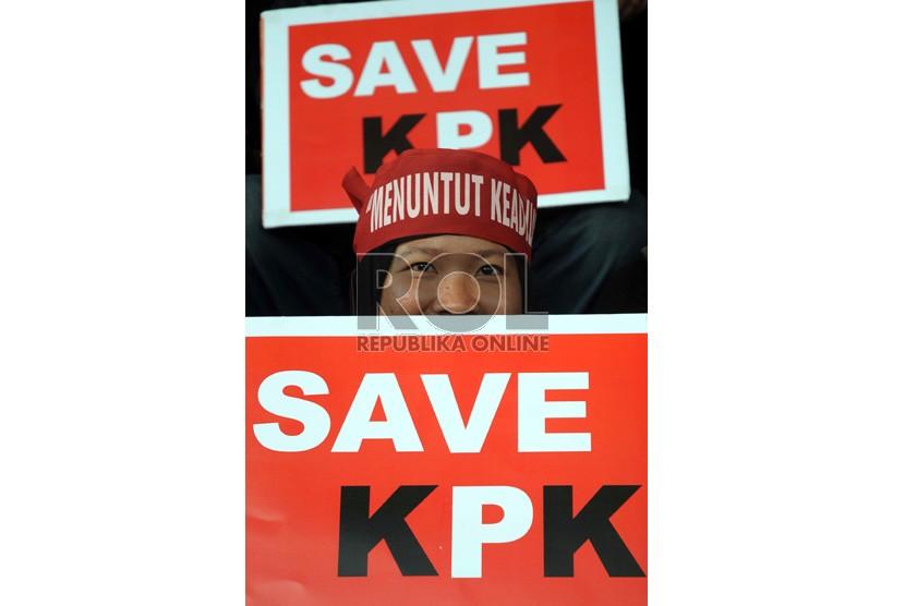 Pengunjuk rasa yang tergabung dalam Koalisi Anti Korupsi melakukan aksi damai di kantor Komisi Pemberantasan Korupsi di Jakarta, Kamis (4/10). (Tahta Aidilla/Republika)