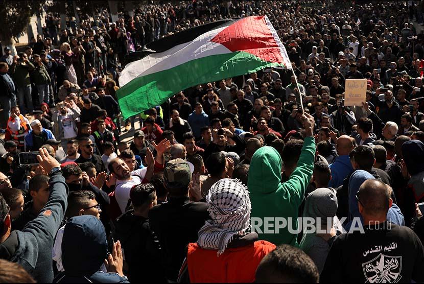 Pengunjukrasa mengibarkan bendera Palestina di Kompleks Al Aqsa, Yerusalem, Palestina.