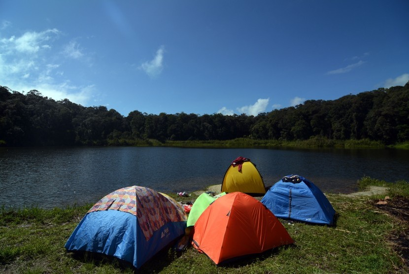 Pengunjung bertenda di kawasan eko wisata Telaga Tambing yang masuk kawasan Taman Nasional Lore Lindu (TNLL) di Desa Sedoa, Lore Utara, Poso, Sulawesi Tengah.