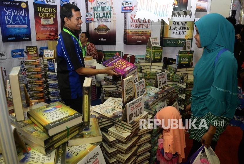 Pengunjung melihat buku islami saat pameran buku islami Islamic Book Fair (IBF) 2017 di JCC, Senayan, Jakarta, Rabu (3/5).