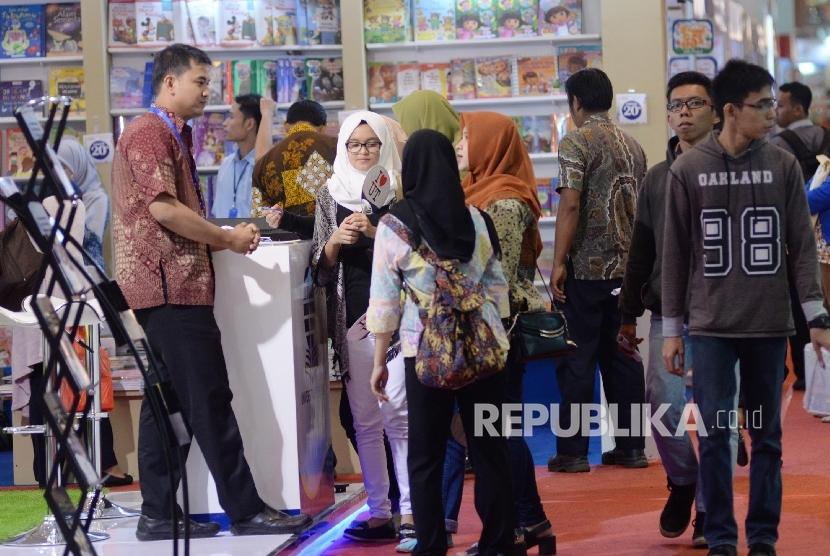 Pengunjung melihat buku saat Indonesia International Book Fair (IIBF) 2016 di JCC, Jakarta, Kamis (29/9).
