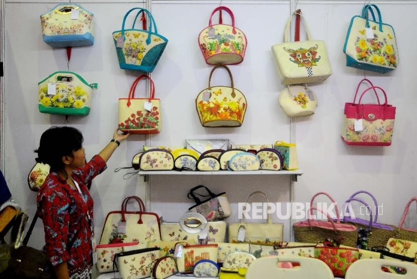 Pengunjung melihat kain tenun dalam pameran Telkom Craft Indonesia di Jakarta Convention Center (JCC), Senayan, Jakarta, Jumat (10/3).