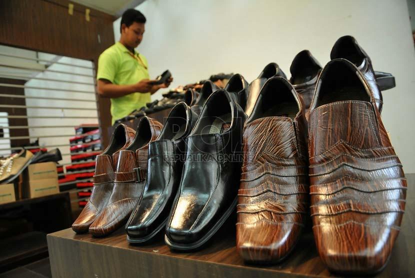 Industri Alas Kaki Indonesia Masuk 5 Besar Dunia | Republika Online Republika Pengunjung melihat-lihat produk sepatu dalam negeri pada pameran produk sepatu di kementrian Perindustrian,