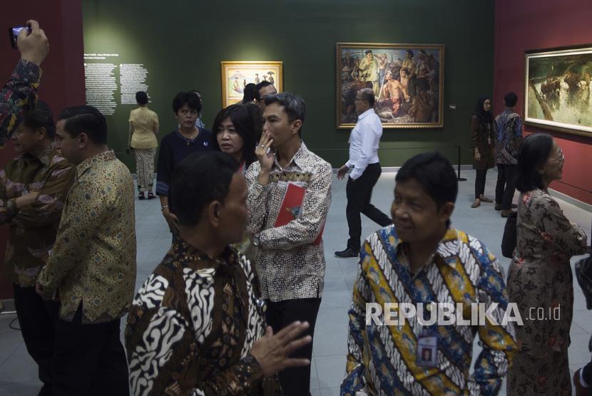 Pengunjung melihat Pameran Lukisan Koleksi Istana Kepresidenan Republik Indonesia di Galeri Nasional, Jakarta, Selasa (1/7).