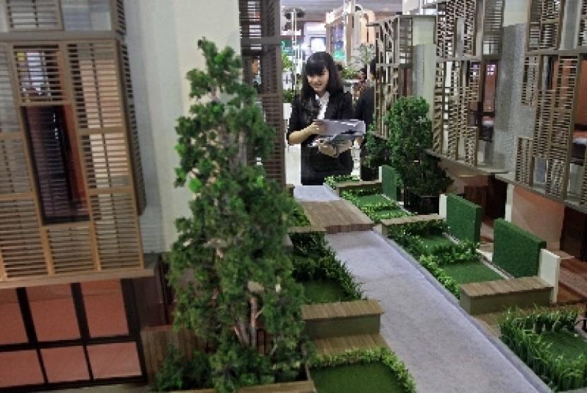 Pengunjung melihat pameran properti